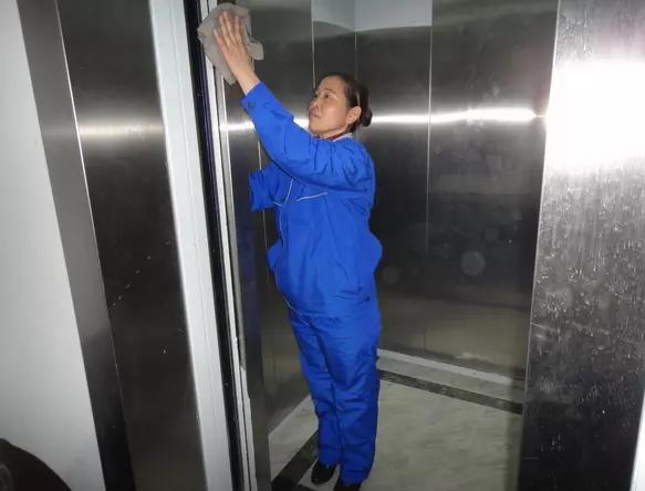 电梯保洁应该怎么做