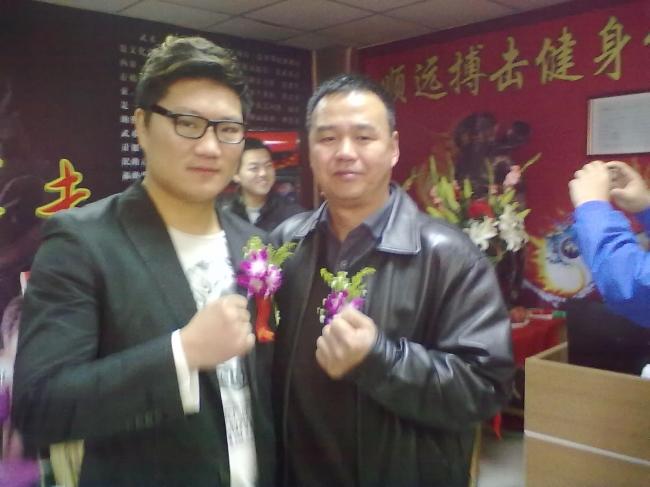 """郑州林森清洗总经理与知名""""武林""""人士的亲切合影"""